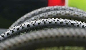Banden van de mountainbikes voor de Amerongse berg